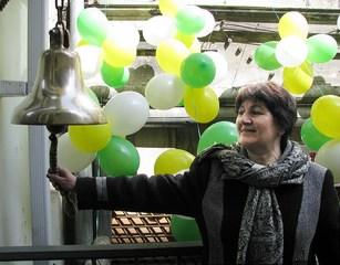 День Земли во Владивостоке. В Колокол Мира звонит Лариса Петровна Ткаченко.