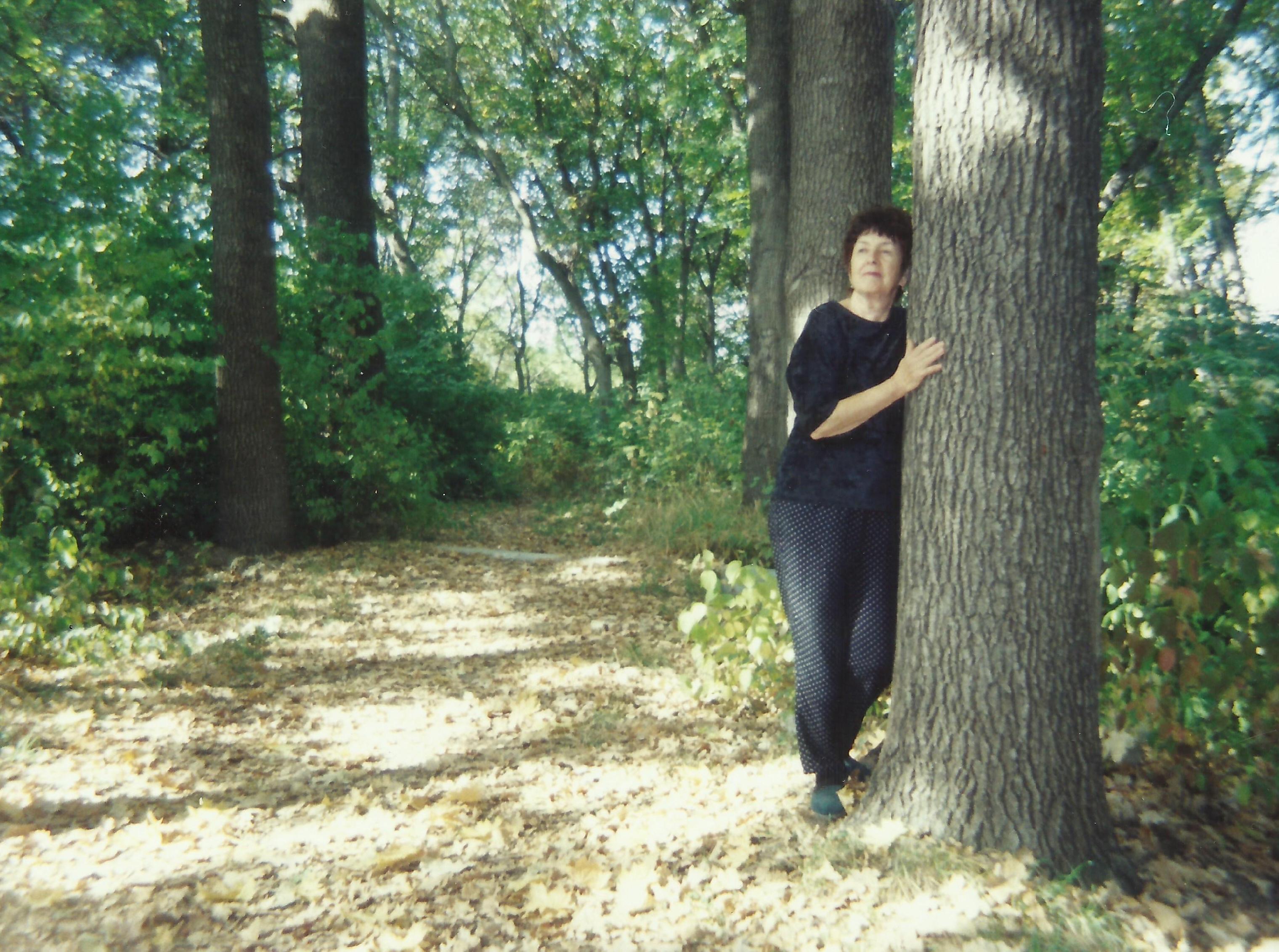 Наталья Петровна Ган в дендропарке Института леса, который заложен Петром Алексеевичем Ганом и теперь носит его имя. Бишкек, 2006.